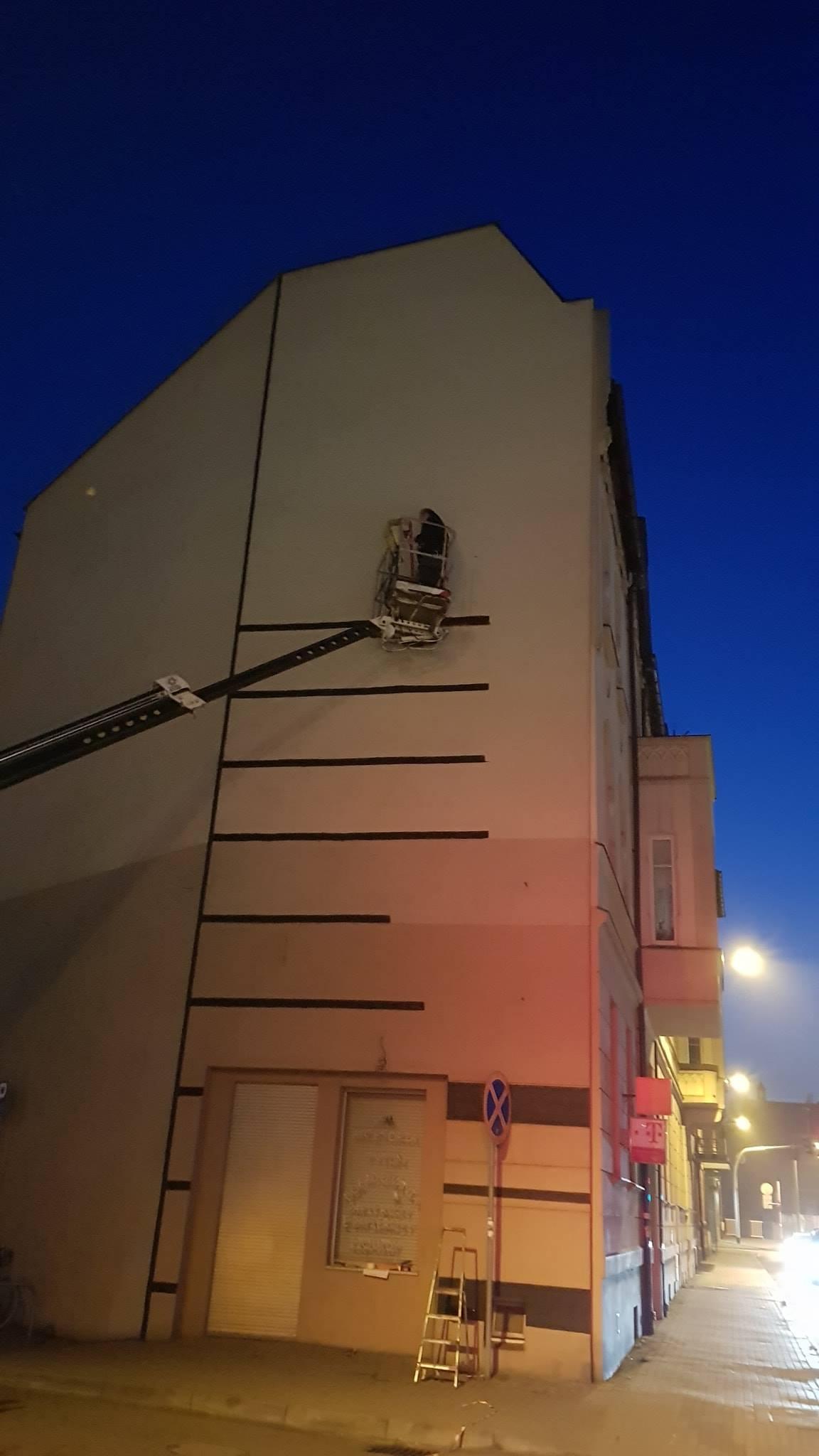 Kojarzycie ścianę tego budynku przy ul. Hallera? Dzisiaj w nocy zyska …