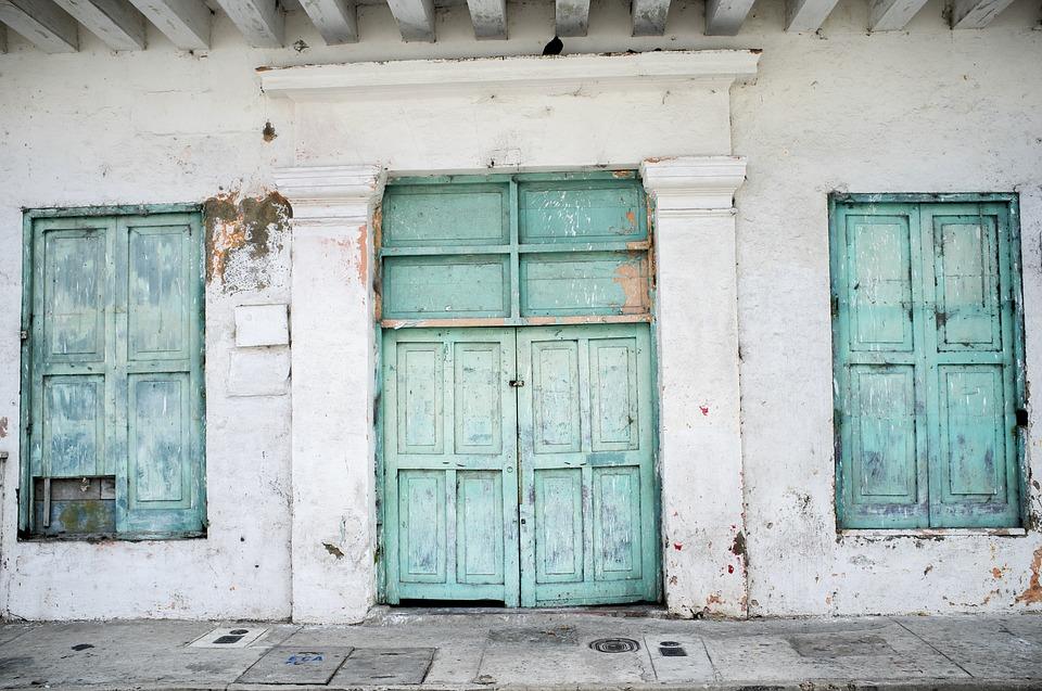 Drewniane drzwi zewnętrzne - dlaczego warto wybrać taki model?