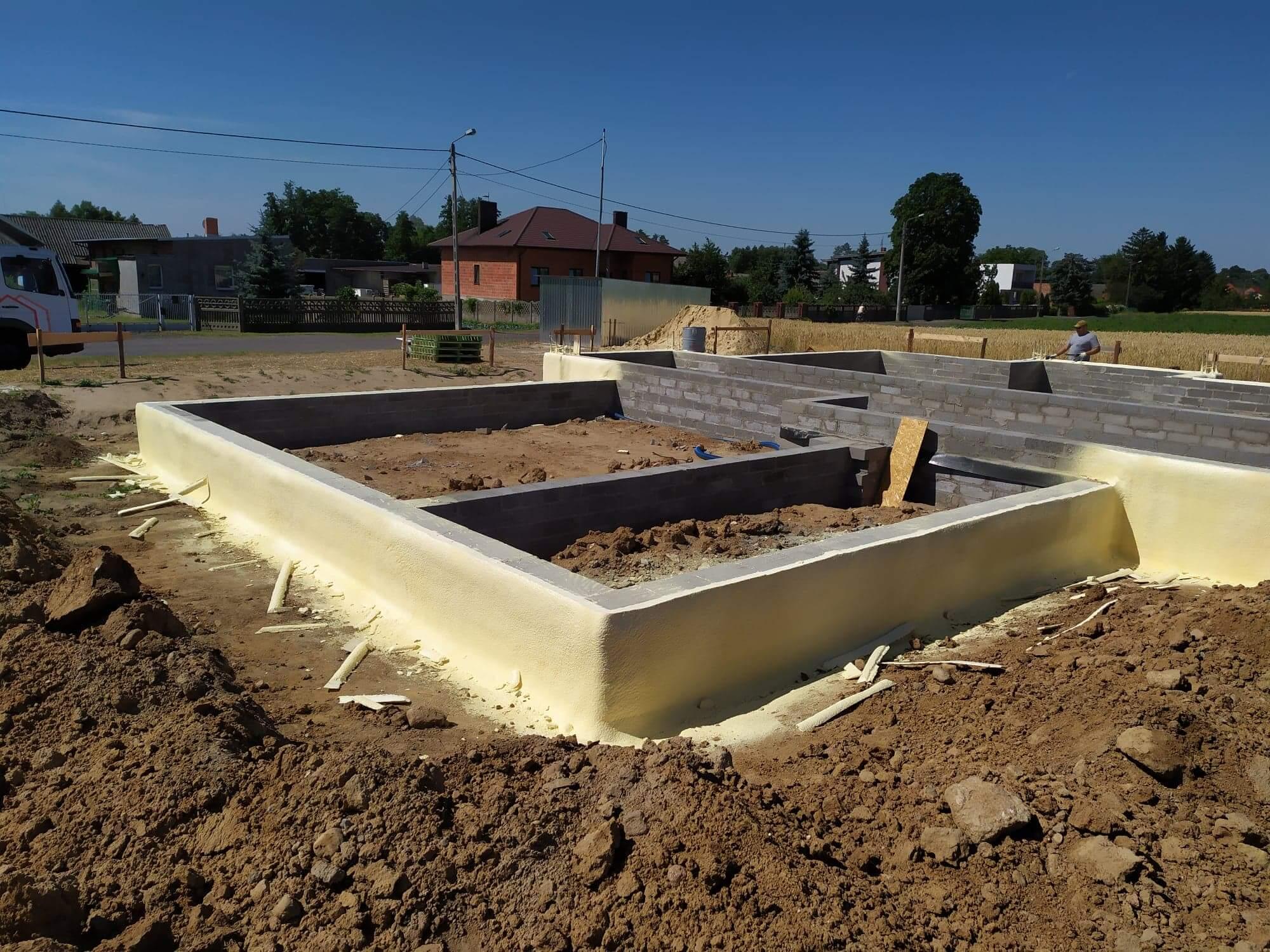 Jak skutecznie zaizolować fundamenty budynku?