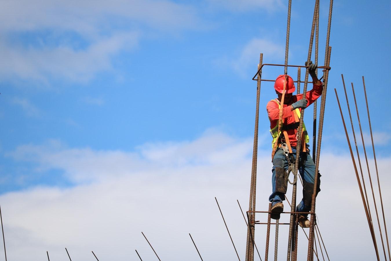 Niwelowanie skutków klęsk żywiołowych – bezpieczny sprzęt do pracy