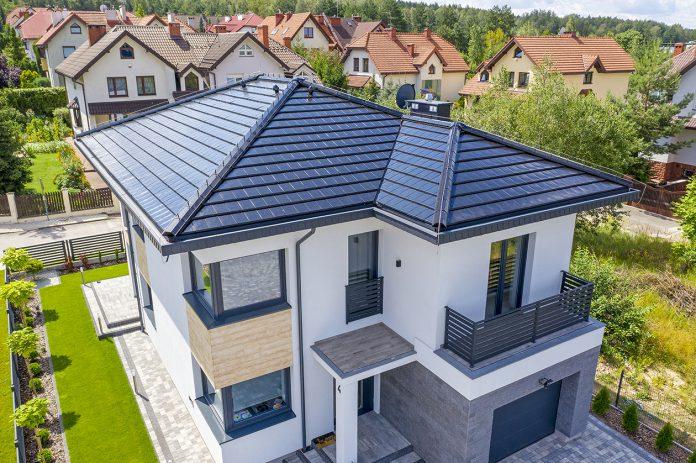 Płaskie dachówki ceramiczne – sposób na nowoczesny i funkcjonalny dach