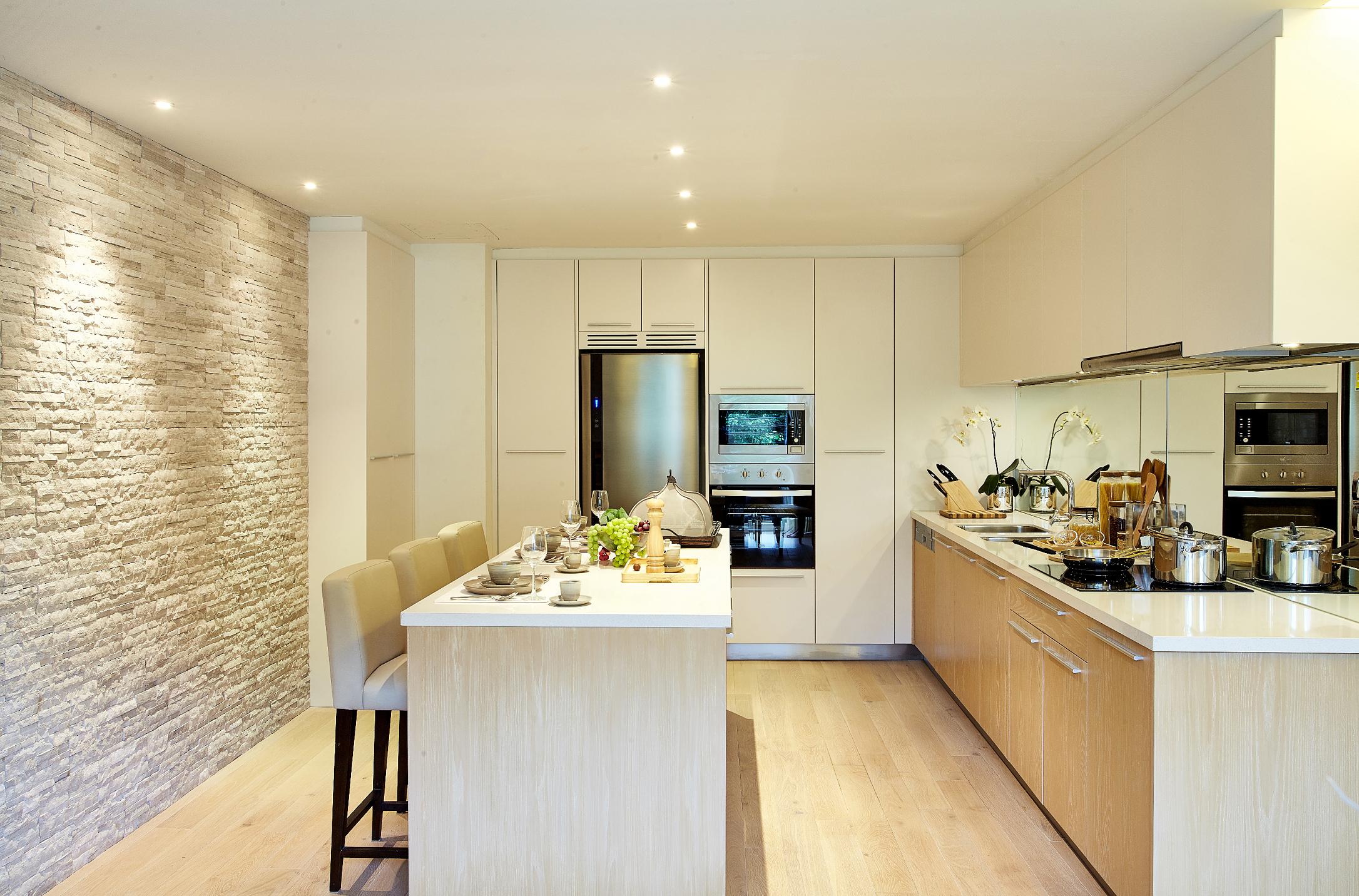Jasna kuchnia z panelami podłogowymi.