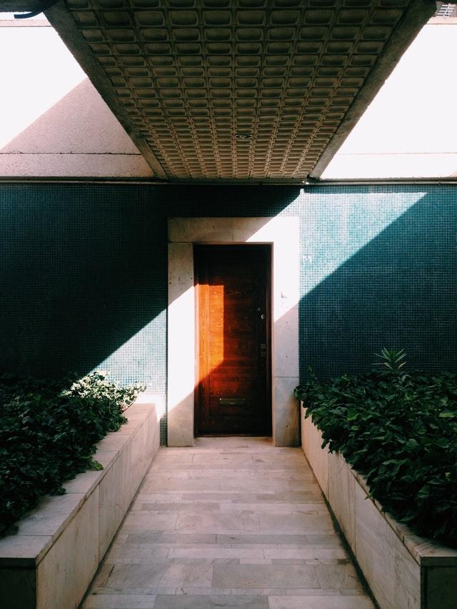 Czym charakteryzują sie nowoczesne drzwi wejściowe do domu?