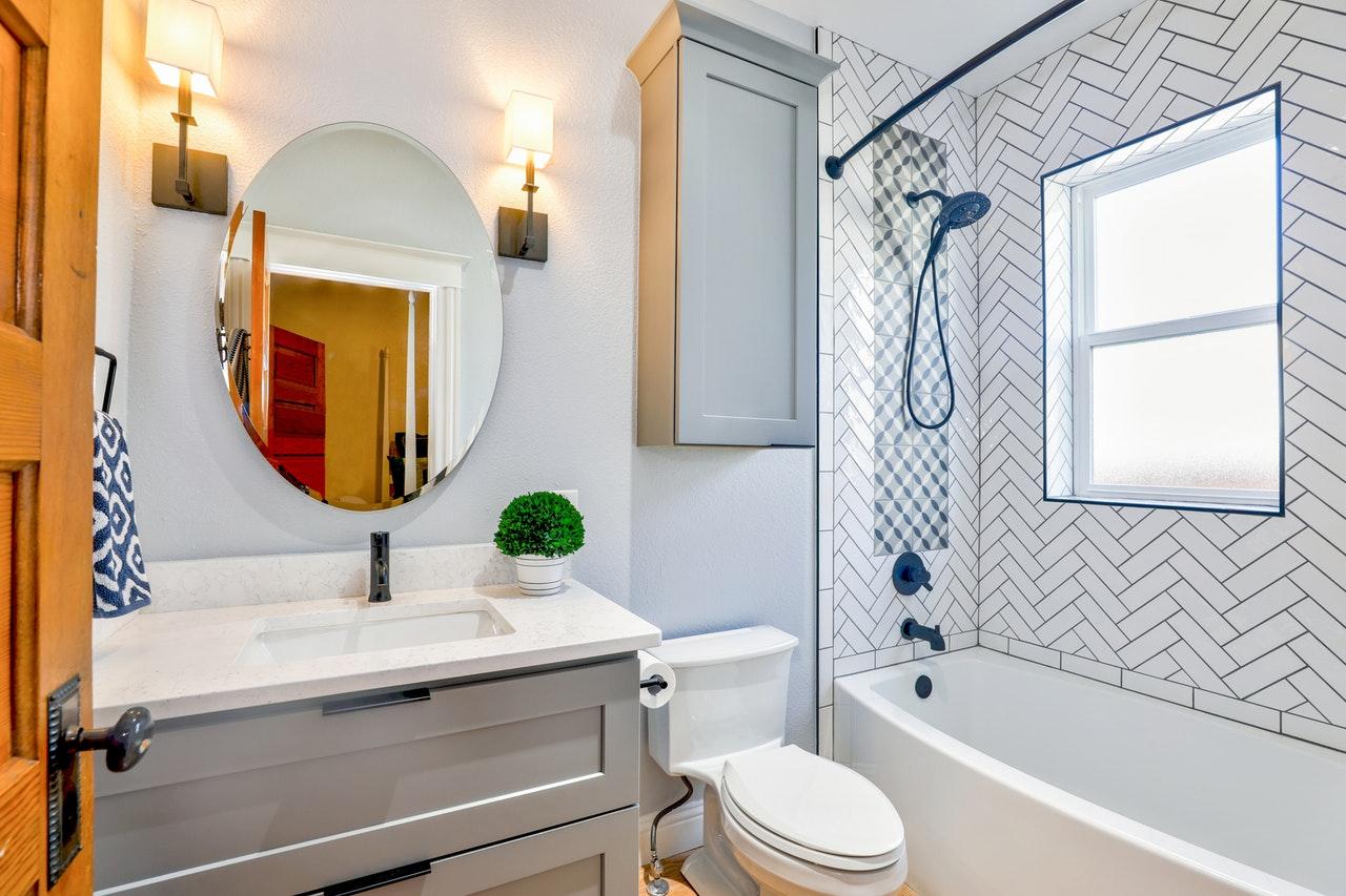 Jak za pomocą oświetlenia podkreślić nowoczesny charakter łazienki?